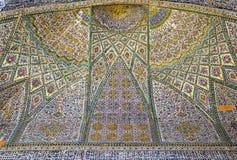 在Vakil清真寺墙壁上的美丽的老装饰的绘的马赛克  库存图片