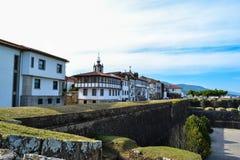 在Valença `的堡垒墙壁的里面典型的老房子 图库摄影
