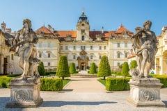 在Valtice城堡的看法与在捷克共和国,摩拉维亚的雕象 免版税库存图片