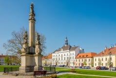 在Valtice市政厅的看法与巴洛克式的专栏-捷克rep的 免版税库存图片