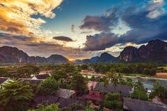 在Vang Vieng,老挝使观点和美好的日落环境美化 免版税库存图片