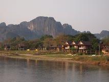 在Vang Vieng,老挝的河沿手段 库存图片