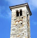 在varano borghi和高耸响铃晴天 图库摄影