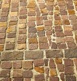 在varano borghi街道伦巴第意大利的砖 库存图片