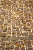 在varano borghi街道伦巴第意大利的砖 免版税库存照片