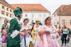 在Varazdin街道上的被打扮的艺人  免版税图库摄影