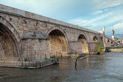 在Varda河,斯科普里,马其顿的老石桥梁 库存图片
