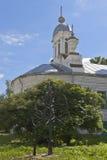 在Varlaam附近Khutynsky教会的加工的树在市沃洛格达州 库存照片