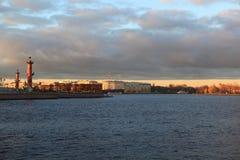 在Vasilevsky海岛箭头的看法有宫殿桥梁的 秋天晚上在圣彼德堡 库存图片