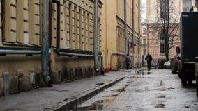 在Vasilevsky海岛,圣彼得堡上的狭窄的街道 股票视频