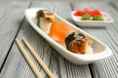 在vassabi姜一块白色板材的生鱼片  免版税库存图片