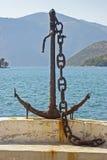 在Vathy,希腊乡的码头的船锚  免版税库存照片