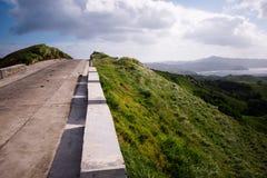 在Vayang绵延山,巴丹群岛省,菲律宾的风景路 免版税图库摄影