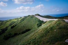 在Vayang绵延山,巴丹群岛省,菲律宾的风景路 免版税库存图片