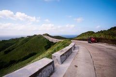 在Vayang绵延山,巴丹群岛省,菲律宾的风景路 免版税库存照片