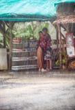 在veavy雨下的夫妇 库存照片