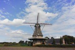 在Veldhoven,北布拉班特省附近的典型的荷兰面粉风车 免版税图库摄影