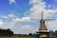 在Veldhoven,北布拉班特省附近的典型的荷兰面粉风车 库存图片