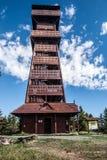 在Velky Javornik小山的木看法塔在捷克共和国的Moravskoslezske Beskydy山 免版税库存图片
