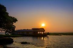 在Vembenad湖,喀拉拉的居住船 库存图片