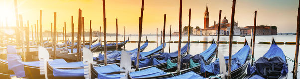 在Venezia的长平底船 免版税图库摄影