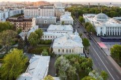 在Verkhovna Rada附近的Hrushevsky街在晚上 免版税库存图片
