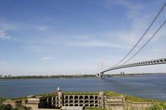 在Verrazano桥梁前面的堡垒Wadsworth在纽约 免版税库存图片