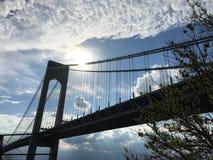 在Verrazano桥梁的下午驱动 免版税库存图片
