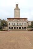 在vertic德克萨斯州大学奥斯汀分校的校园里的主楼 免版税图库摄影
