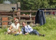 在Victo期间,在战时衣物穿戴的夫妇,享受野餐, 免版税库存照片