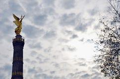 在Victpry专栏的Goldese在剧烈的天空 库存图片