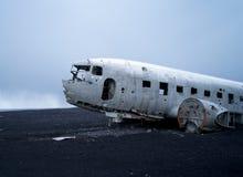 在vik冰岛附近的平面击毁 免版税库存图片