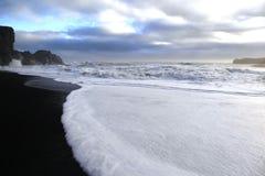 在Vik,冰岛的沿海小条 免版税库存图片