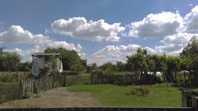 在vilage的晴朗的云彩天空 库存图片