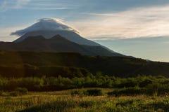 在Vilyuchinsky stratovolcano上的双突透镜的云彩在黎明 从brookvalley Spokoyny的看法在外面北部的脚 库存照片