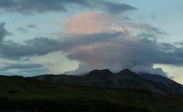 在Vilyuchinsky stratovolcano上的双突透镜的云彩在黎明 从brookvalley Spokoyny的看法在外面北部的脚 免版税图库摄影