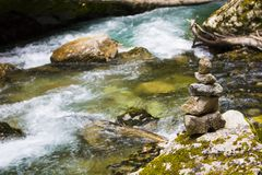 在Vintgar的禅宗石头狼吞虎咽,斯洛文尼亚,美好的环境地方 库存图片