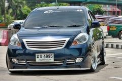 在VIP样式的蓝色ECO汽车轿车 免版税库存图片