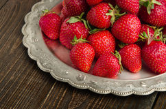 在vitage板材,木背景正面图的草莓 库存照片