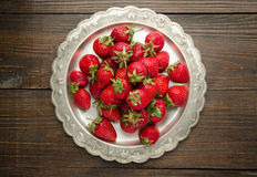 在vitage板材,木背景顶视图的草莓 免版税库存图片
