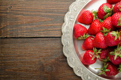 在vitage板材,木背景顶视图的草莓 库存照片