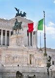 在Vittoriano纪念碑的意大利旗子在罗马 免版税库存照片