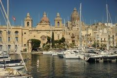 在Vittoriosa,马耳他开汽车巡洋舰和游艇 库存图片