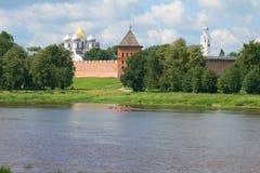 在Volkhov河的一晴朗的7月天Veliky诺夫哥罗德克里姆林宫的  图库摄影
