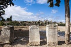 在Volubilis前面废墟的罗马石题字在摩洛哥 免版税库存照片