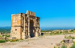 在Volubilis的Caracalla凯旋门,联合国科教文组织遗产站点在摩洛哥 免版税库存照片