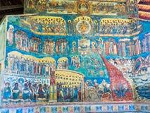 在Voronet修道院的被绘的墙壁在Bucovina,罗马尼亚 库存照片