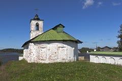 在Voskresensky Goritsky女性修道院附近的Vvedensky教会在Goritsy沃洛格达州地区村庄  免版税库存照片