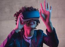 在VR风镜的妇女感人的空气 免版税库存照片