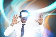 在VR玻璃的激动的非洲商人 免版税库存照片